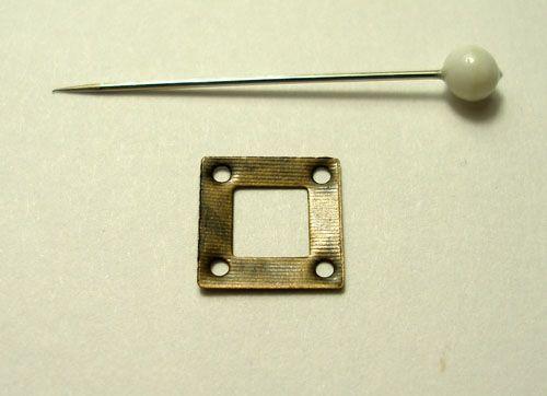 čtverec s dírou kovový starozlato